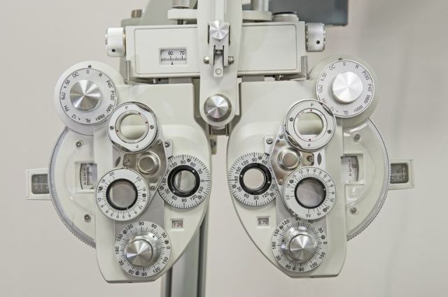 closeup-of-medical-equipment-in-an-opticians-clinic-590062920-5a9d8d0f3418c6003629b254